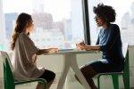 rozmawiające dwie kobiety